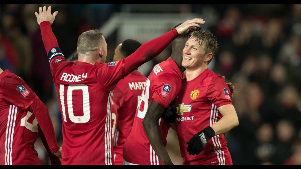 Kebersamaan Schweinsteiger bersama sang kapten, Wayne Rooney
